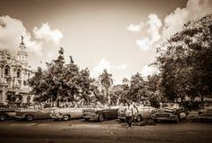 HDR - Los coches clásicos del americano Buick y de Mercury Cabriolet se alinearon antes del Gran Teatro en Hava foto de archivo libre de regalías