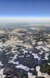 HDR-Luftfoto der Landschaft mit Wolken, der Landschaft mit schneebedeckten Flecken und der Ansicht, die vollständig zum Horizont  stockbild