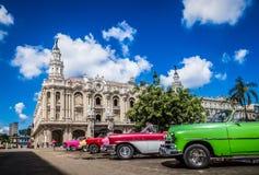HDR - Mooie Amerikaanse convertibele uitstekende die auto's in Havana Cuba vóór gran teatro worden geparkeerd - de Rapportage van stock afbeelding