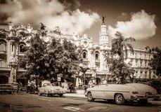 HDR - O americano bonito Buick e os carros clássicos de Mercury Cabriolet estacionaram antes do Gran Teatro foto de stock royalty free