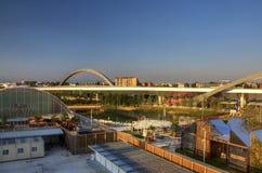 HDR-panoramafoto van de mening vanaf de bovenkant van het grote Russische paviljoen in Milaan EXPO 2015 met een brug op de achter Stock Foto