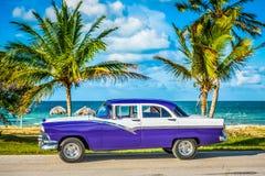 HDR - Parkujący amerykański biały błękitny rocznika samochód w strona widoku na plaży w Hawańskim Kuba, Seria Kuba reportażu - fotografia stock