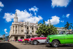 HDR - Piękni amerykańscy odwracalni roczników samochody parkujący w Hawańskim Kuba przed granu teatro - Seria Kuba reportaż