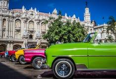 HDR - Piękni amerykańscy odwracalni roczników samochody parkujący w Hawańskim Kuba, Seria Kuba reportażu - Zdjęcia Stock