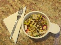 HDR-Salat mit einer Gabel auf einem Granitzähler Stockfotografie