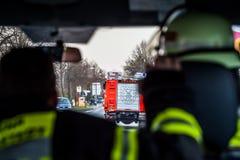 HDR - sapeur-pompier sur la rue dans le camion de pompiers dans l'action photographie stock libre de droits