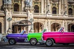 HDR - Schöne amerikanische Weinleseautos parkten in Havana Cuba - Reportage Serie Kuba lizenzfreie stockbilder
