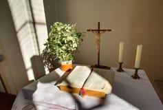 HDR schoss vom Altar mit Kreuz und von der Bibel in einem Kirchengebäude in Rassdorf, Hessen, Deutschland Stockbild