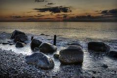 HDR Steine im Ozean mit Sonnenaufgang Stockbild