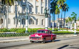 HDR - Vue de vie dans la rue avec la commande rouge brune américaine de voiture de vintage de Chevrolet avant le Capitolio sur la photographie stock libre de droits
