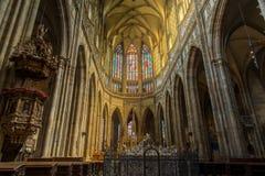 HDR wśrodku katedry w Praga z światłem przez kolorów żółtych wi obraz royalty free