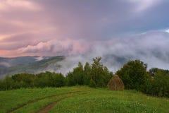 hdr wizerunku krajobrazu majestatyczny gór zmierzch chmur zmroku złowieszcza overcast nieba burza Karpacki, Rumunia, Europa Obrazy Stock