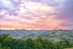 hdr wizerunku krajobrazu majestatyczny gór zmierzch chmur zmroku złowieszcza overcast nieba burza Karpacki, Rumunia, Europa Obraz Stock