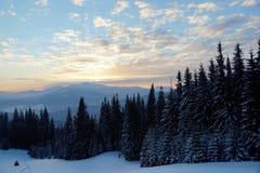 hdr wizerunku krajobrazu majestatyczny gór zmierzch dramatyczne niebo Karpacki, Ukraina, Europa zdjęcia stock