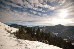 hdr wizerunku krajobrazu majestatyczny gór zmierzch Zmierzchu krajobraz w Karpackich górach Świt w górach Carpathians, Rumunia Zdjęcie Stock