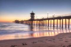 HDR-Zonsondergang achter de Huntington Beachpijler Royalty-vrije Stock Afbeeldingen