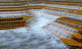 Hdrbeeld van watervallen op raws van steenstappen royalty-vrije stock foto's