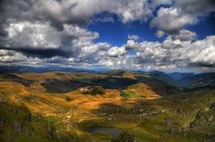 Hdrlandschap van heuvels en bergen royalty-vrije stock afbeelding