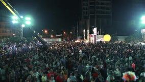 Hdv común de las imágenes de vídeo 1920x1080 1080p Apriete en el hombre del Año Nuevo de Asia de la noche de la plaza en el casqu almacen de metraje de vídeo