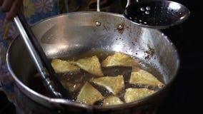 Hdv conservado em estoque das imagens de vídeo que cozinha o alimento tailandês fora, óleo de ebulição fritado, tortas filme