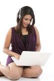 hełmofonów laptopu kobieta zdjęcia royalty free