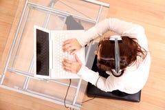 hełmofonów laptopu kobieta fotografia stock