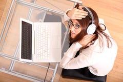 hełmofonów laptopu kobieta zdjęcie stock