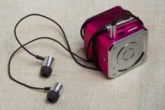Hełmofony i odtwarzacz mp3 przy lna tłem Obrazy Stock
