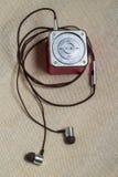 Hełmofony i odtwarzacz mp3 przy lna tłem Obraz Royalty Free