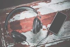 Hełmofony i telefonu rocznika fotografie, słuchają muzyka Zdjęcia Royalty Free