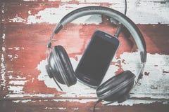 Hełmofony i telefonu rocznika fotografie, słuchają muzyka Zdjęcie Royalty Free