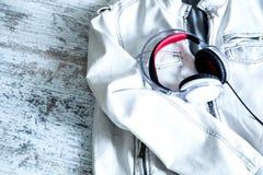 Hełmofony na białej kurtce Zdjęcie Stock