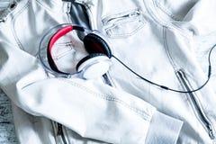 Hełmofony na białej kurtce Obraz Royalty Free