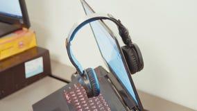Hełmofony na laptopie w biurze zbiory wideo