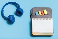 Hełmofony, otwarta ćwiczenie książka na ołówek skrzynce z koloru fel Zdjęcie Stock