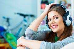hełmofony target2418_1_ uśmiechniętej muzyki kobiety Zdjęcie Stock