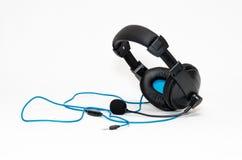 Hełmofony z mikrofonu i drutu dźwigarką odizolowywającą na białym bac Obrazy Stock