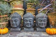 Head dekorativa statyer för Buddha på den höst dekorerade tabellen Royaltyfri Fotografi