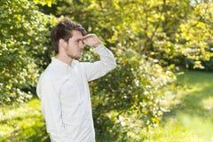 Head för stående och skuldror av den skäggiga unga mannen som skyddar ögon Fotografering för Bildbyråer