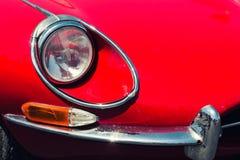 Head ljus av en röd retro bil Fotografering för Bildbyråer