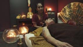Head massage för en flicka i en thai massagesalong arkivfilmer