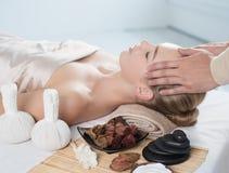 head massage Massör som gör massage royaltyfri fotografi
