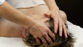 Head massage på brunnsortmitten klienten tycker om servicen av en massageterapeut 4K arkivfilmer