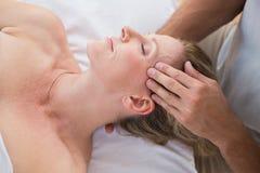 head massage som mottar kvinnan royaltyfri foto