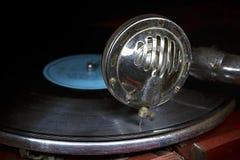 Head med en gammal grammofonvisare på vinyldisketten Arkivfoton