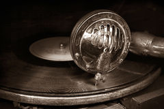 Head med en gammal grammofonvisare på vinyldisketten Royaltyfria Bilder