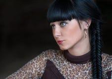 Head och för skuldrasidosikt skott av svarta haired kvinnor Arkivfoton