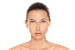Ståenden av den naturliga härliga brunettkvinnan med rengöring görar perfekt Royaltyfria Bilder
