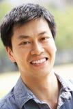 Head och skulderstående av den kinesiska mannen arkivfoton