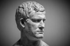 Head och skuldradetalj av den forntida skulpturen Arkivfoto